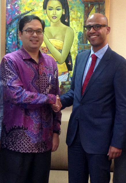 Mr. Pak Wan Razly Abdullah, CFO of CIMB Niaga (left), congratulates Dr. Denis Diop, Executive Vice President APAC of FERNBACH (right)